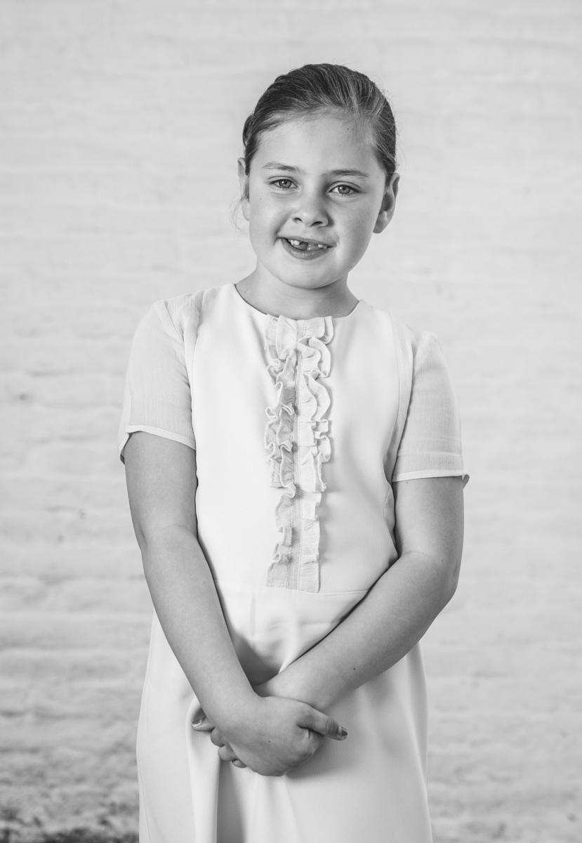 communiefotograaf meisjes witte muur